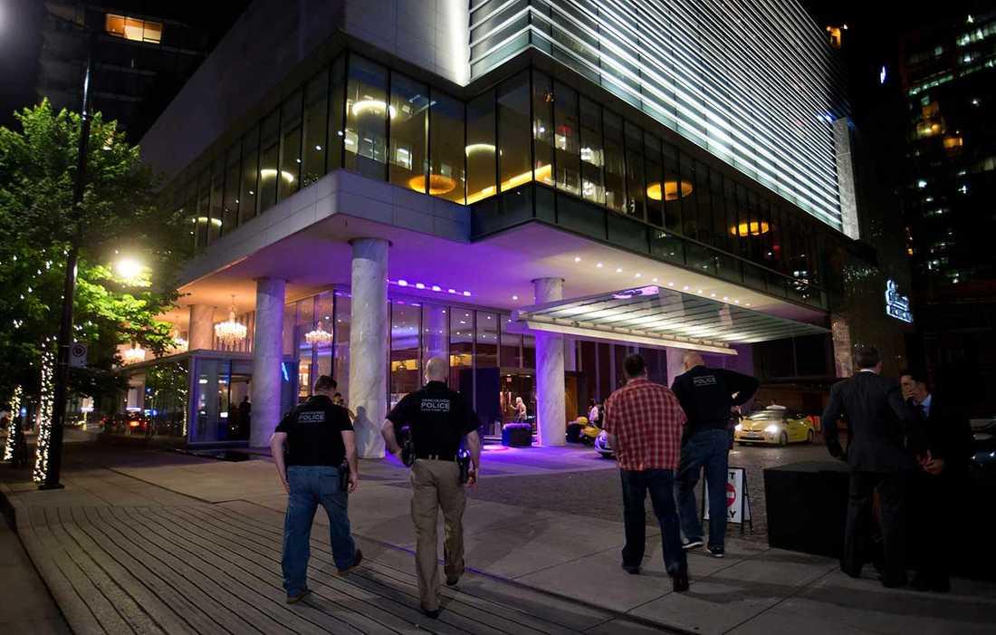 Polisen går in på hotellet Fairmont Pacific Rim där Cory Monteith hittades död.