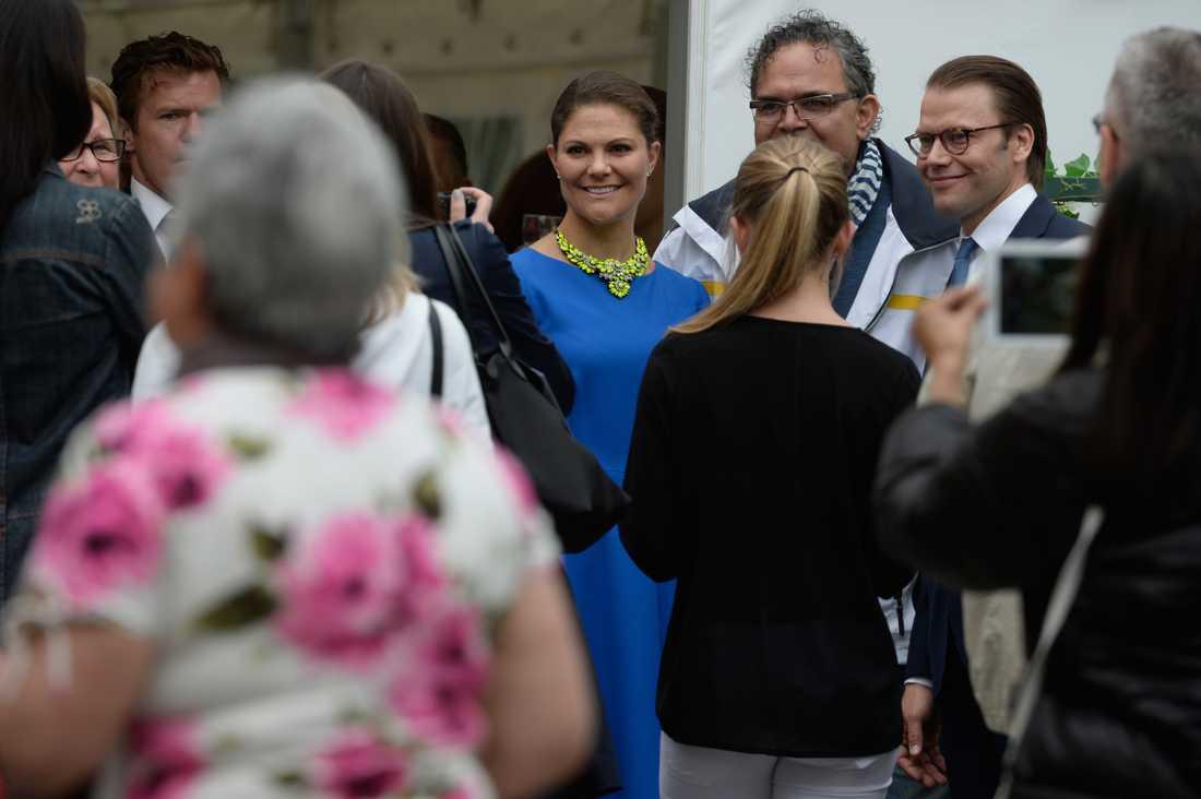 Kronprinsessan Victoria och prins Daniel tillsammans med de svenska medborgarna vid Ulriksdals slottsteater