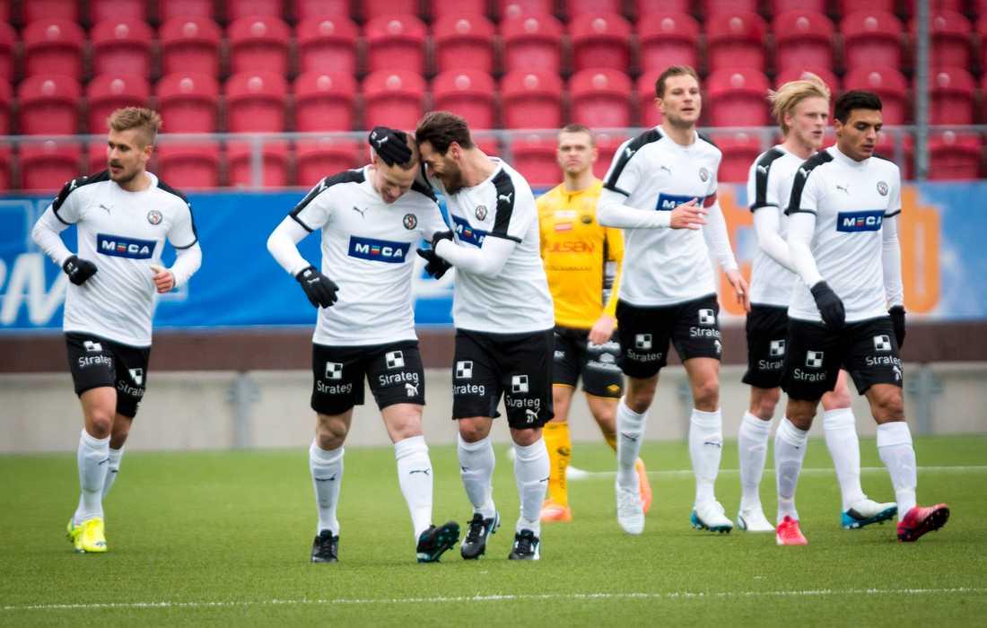Daniel Gustavsson klappas om efter sitt läckra 1-0-mål.