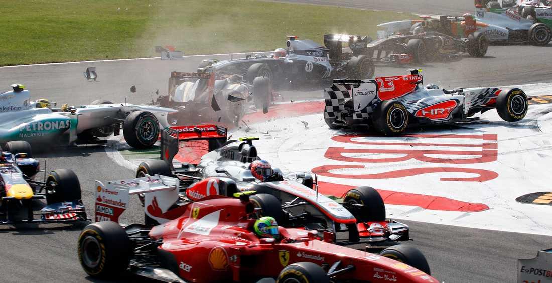 Vitantonio Liuzzi orsakade kraschen där många bilar blev inblandade.