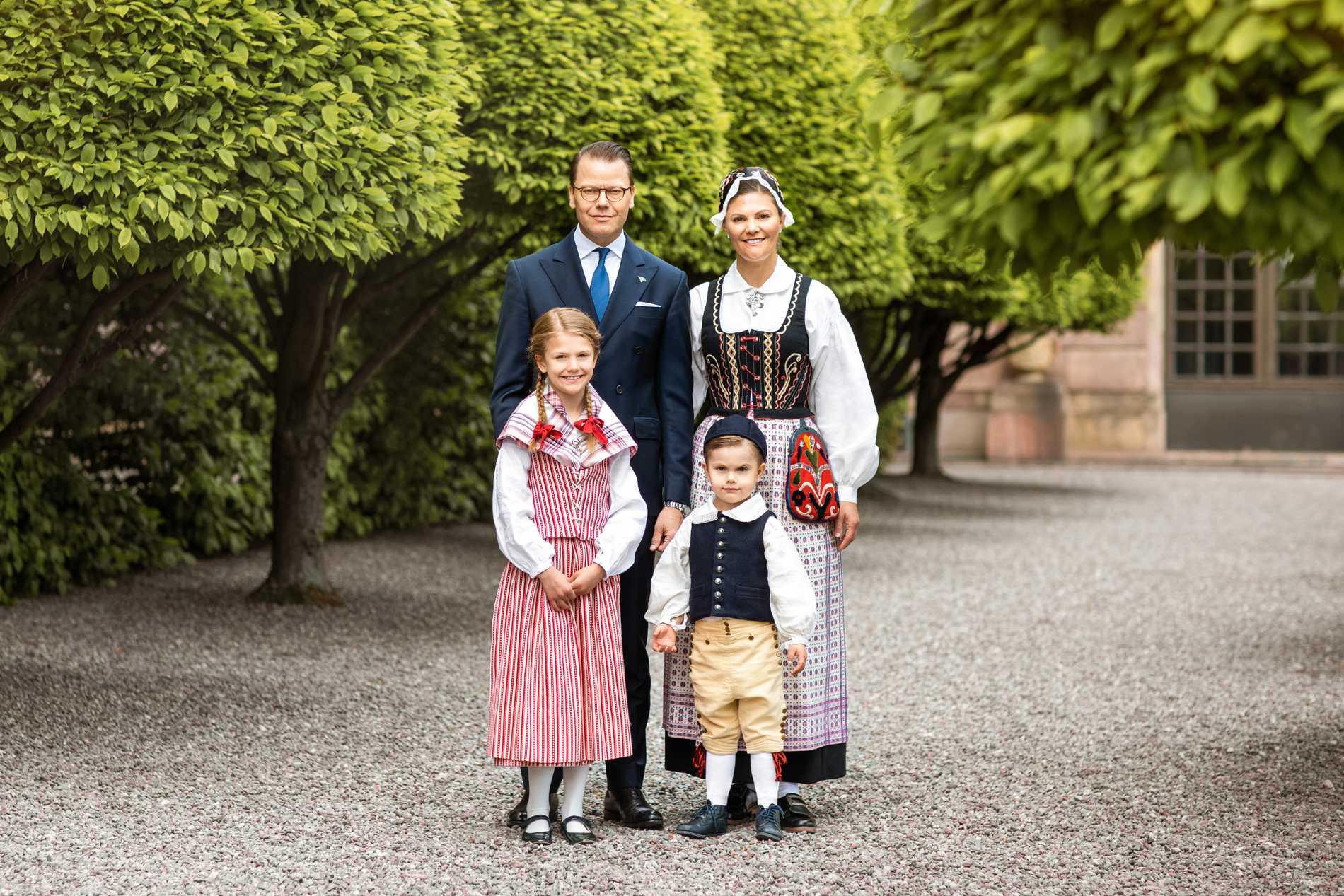 Hela kronprinsessfamiljen på Logården vid Slottet.