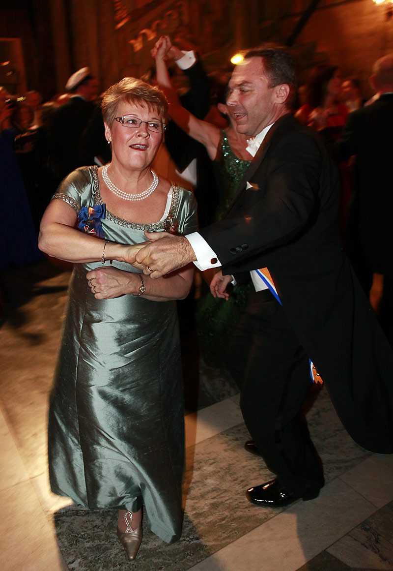 ++ En fin, blank säl. Maud Olofsson, näringsminister och partiledare (C) En blank taft i någon obestämbar färg. Väldigt enkel upptill, med två blaffiga ordnar. Hon tar sig ut i vimlet som en fin, blank säl. En fridlyst säl från norrländska kusten som simmat in i Mälaren. Och herrfrisyren är fint tillfluffad.
