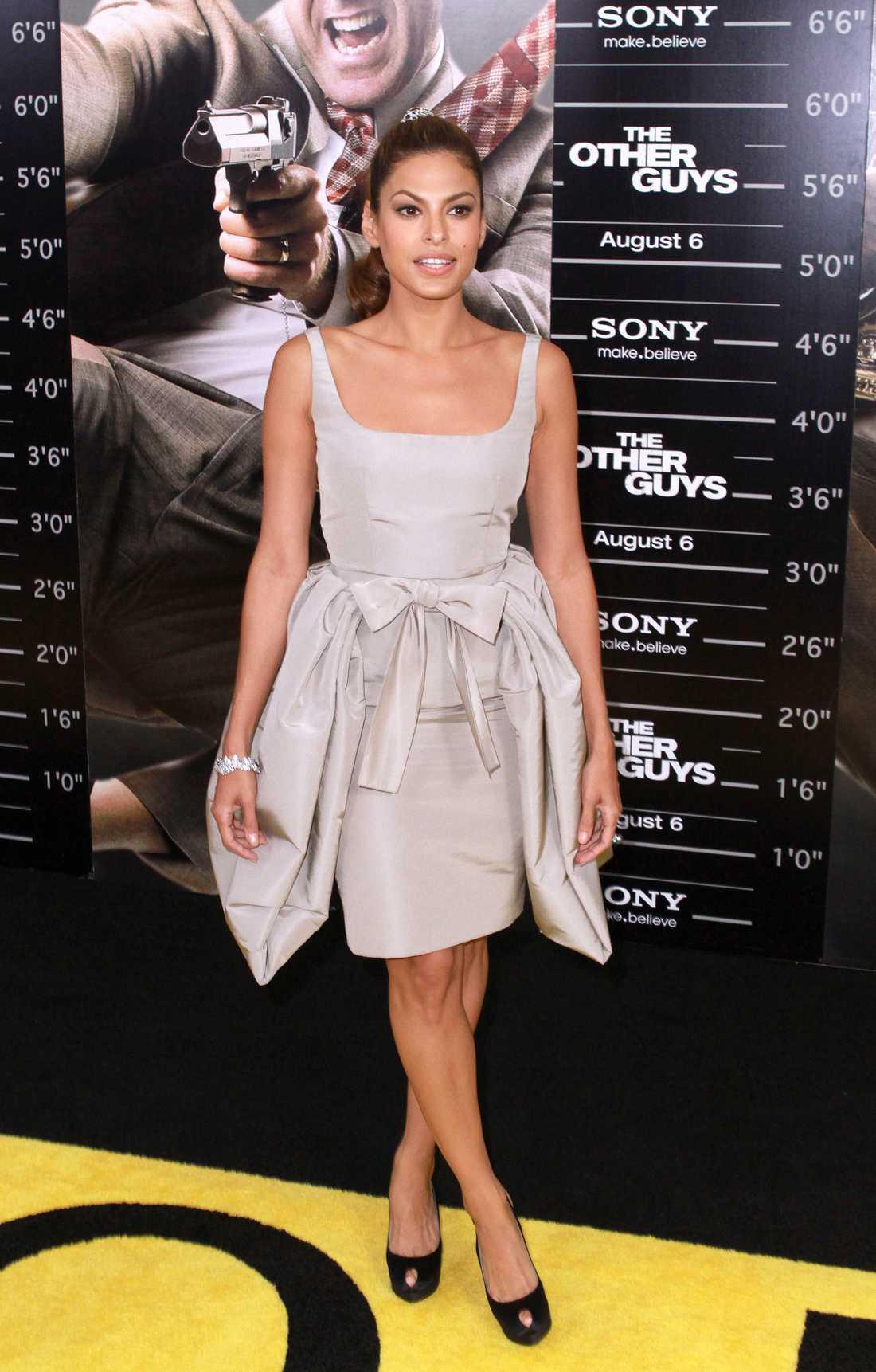 Eva Mendes är söt i Calvin Klein.