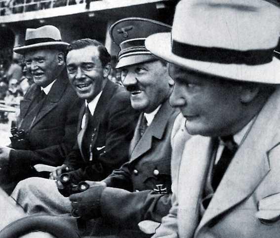 Kungens pappa Gustaf Adolf (tvåa från vänster) roar sig med Hitler och Göring vid OS i Berlin 1936.