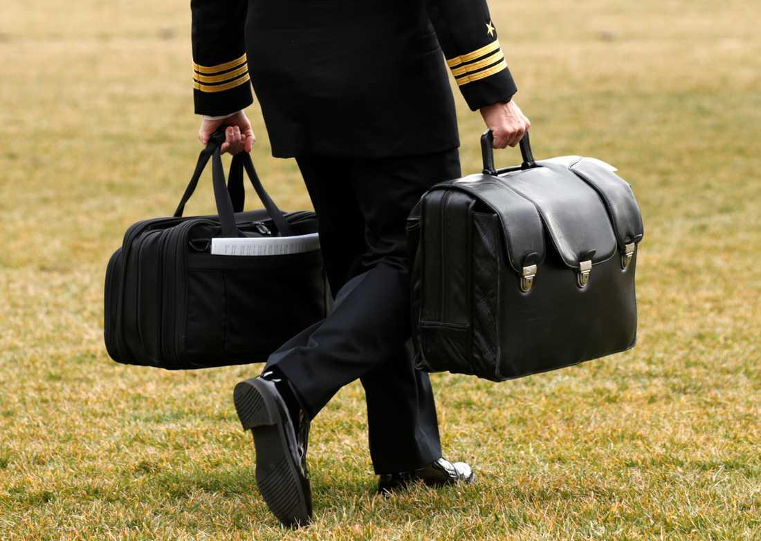 """Väskan """"the football"""" innehåller presidentens kärnvapenkoder. Här bär en soldat väskan till presidentens helikopter Marine One den 3 februari i år."""