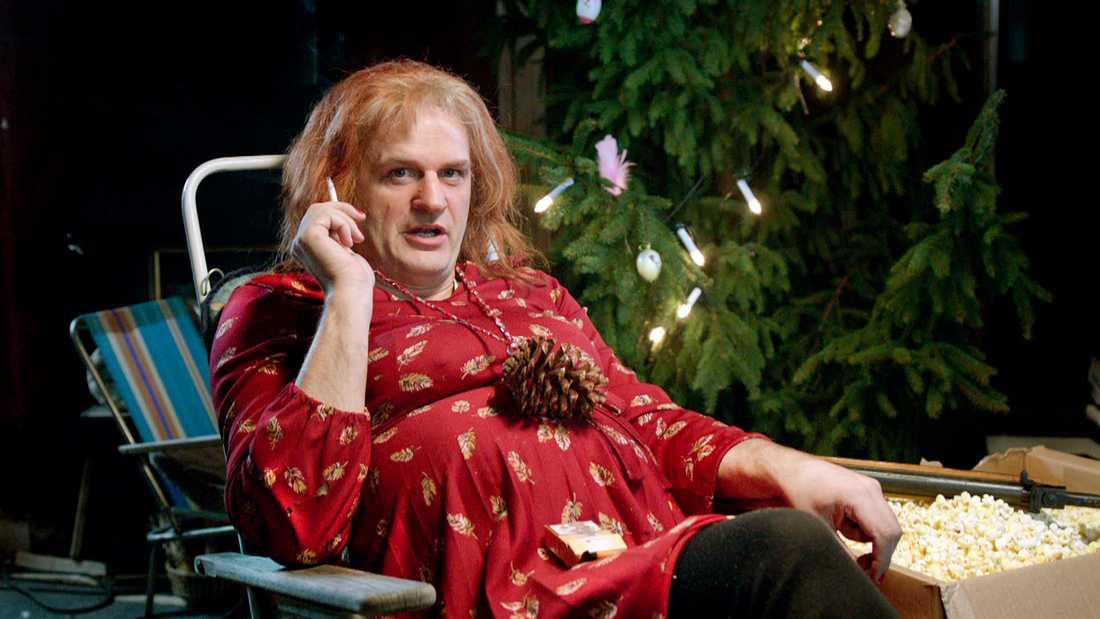 """Gustafsson om mamma Morran (spelas av Johan Rheborg) """"Allt Tobias säger rinner av henne. Hon lever i en drömvärld och har en romantisk ådra. Sedan kedjeröker hon något enormt. Johan fick köra med linser för att röken gick upp i ögonen hela tiden. Han tvingades kedjeröka i tre veckor så jag tror att han aldrig kommer att börja på riktigt."""""""