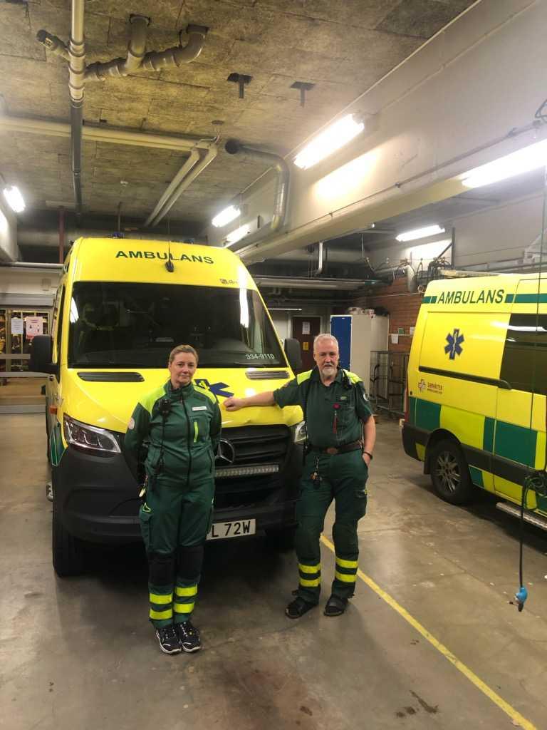 Camilla Jedhem och Bengt Larsson satt i ambulansen när den träffades av en sten som kastats från hög höjd.