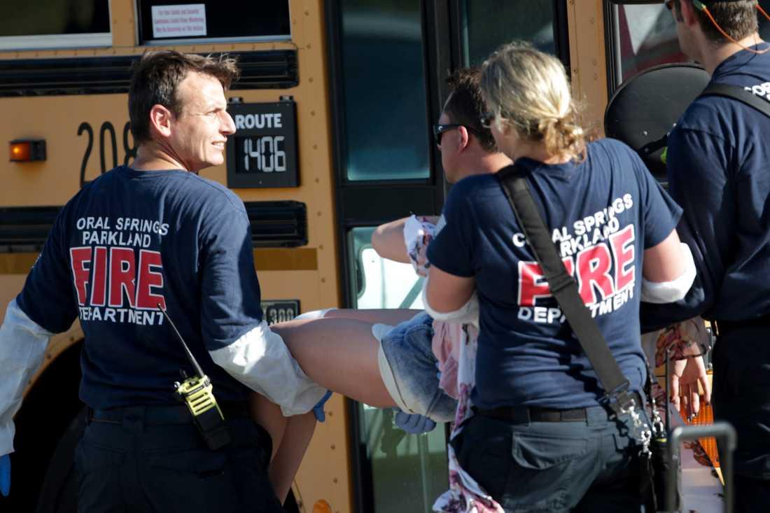 Ambulandspersonalen jobbar med ett av offren.