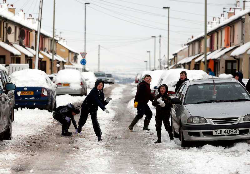 BLÅST PÅ GÅNG Över 100 skolor på Nordirland, bland annat här i Londonderry, var under gårdagen tvungna att stänga på grund av snöstormen Rachel. Nu blåser den vidare österut och beräknas nå Sverige idag. Enligt SMHI kan det falla över 15 centimeter snö på sina håll, och kombinationen av snö, regn och kyla leder även till hala vägar.