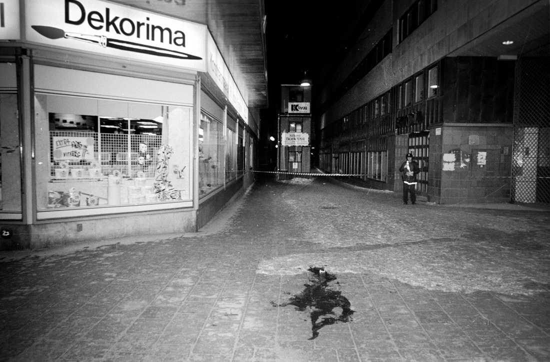Statsminister Olof Palme sköts till döds i korsningen Sveavägen/Tunnelgatan.