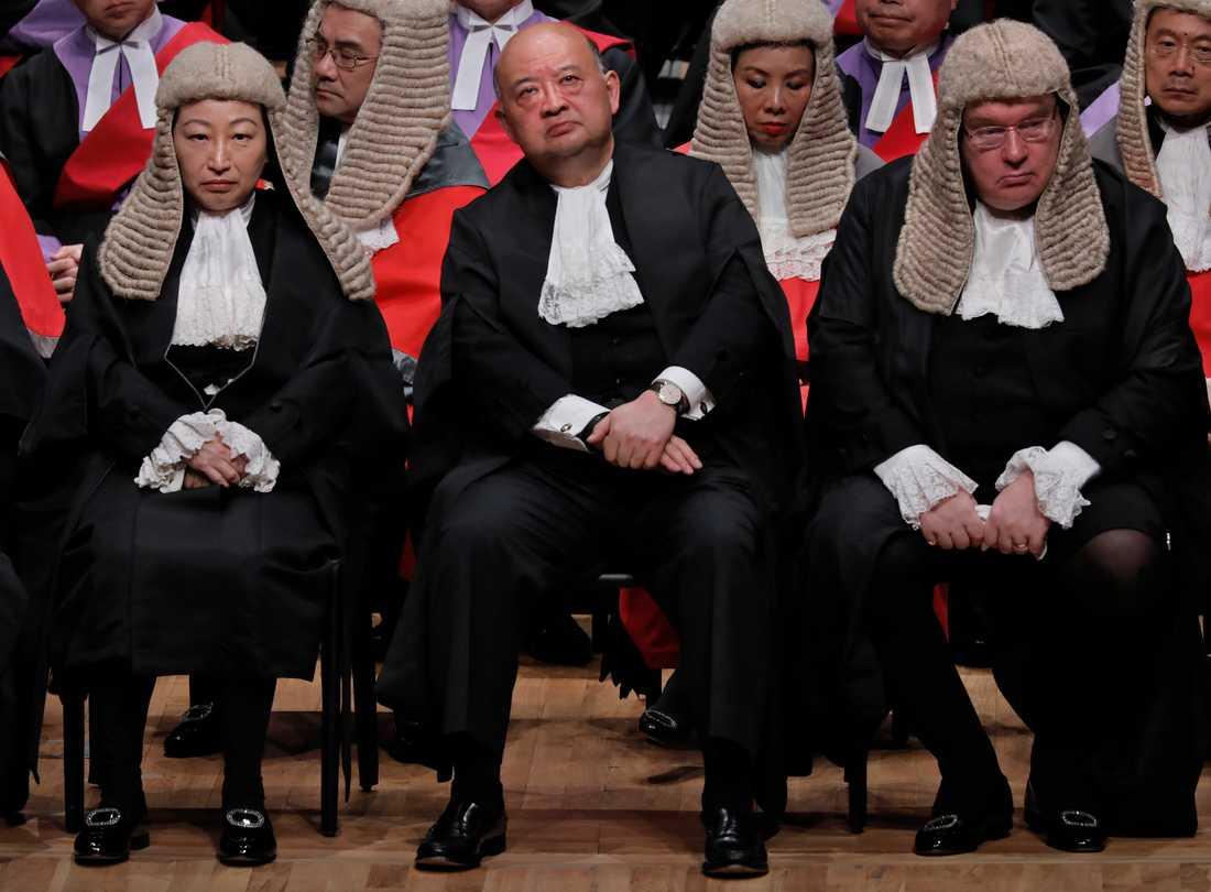 Ordföranden för Hongkongs advokatsamfund Philip Dykes, till höger, under en ceremoni i Hongkongs stadshus i januari. Arkivbild.