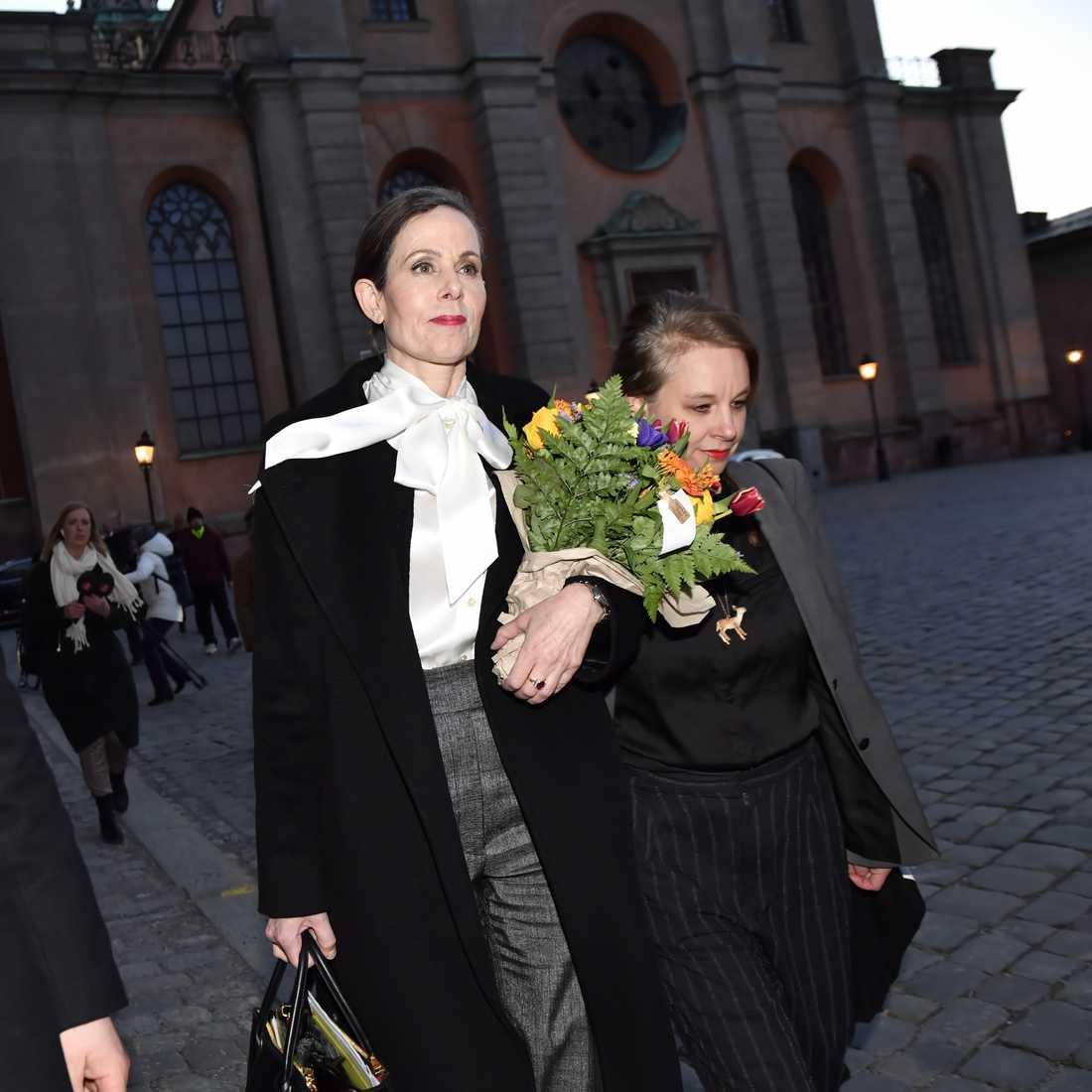 Sara Danius lämnar Börshuset i Gamla stan tillsammans med Sara Stridsberg efter Svenska Akademiens sammanträde på torsdagen.