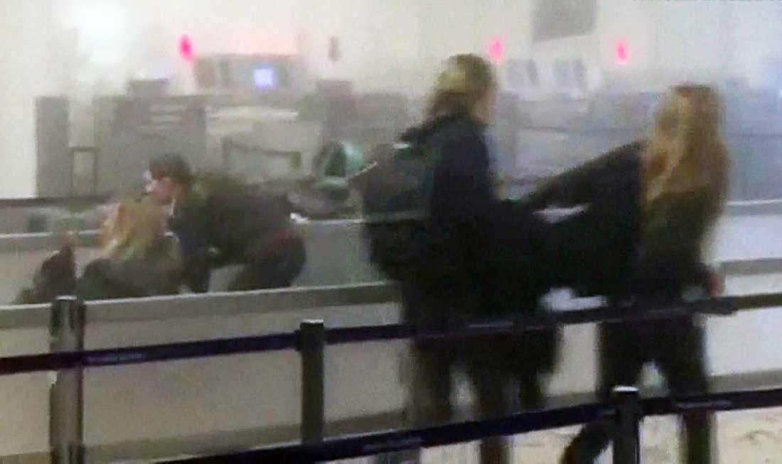 Människor flyr från Bryssels flygplats.