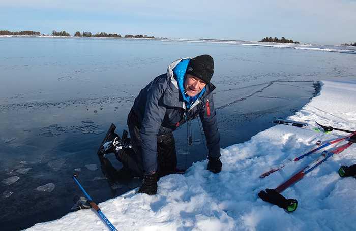 """Nyss uppkravlad ur en isvak. """"Stanna"""", sa Lotta och halade upp kameran."""