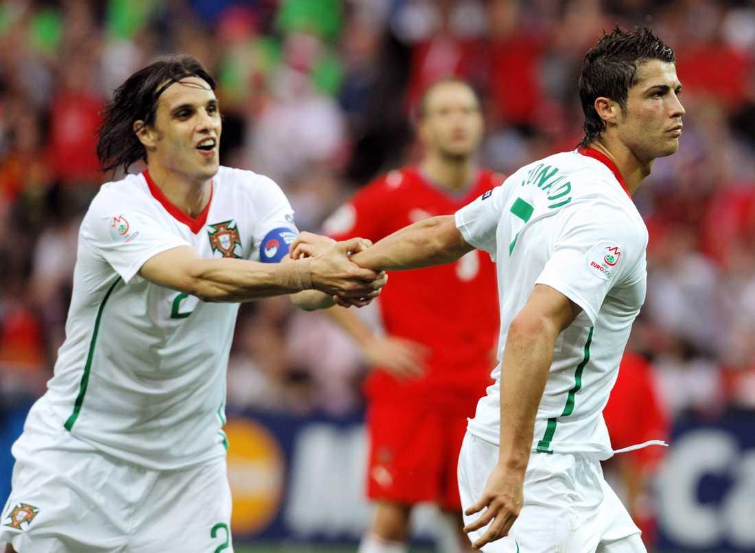 Nuno Gomez försöker få stopp på Ronaldo.