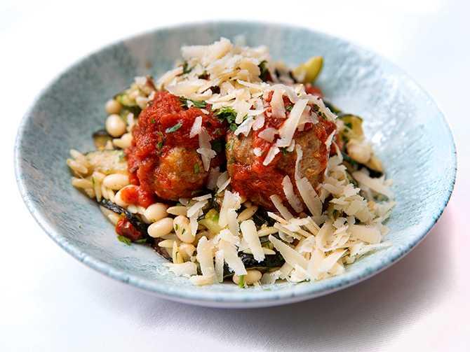 Kalvköttbullar i tomatsås. Toppa med riven parmesan.