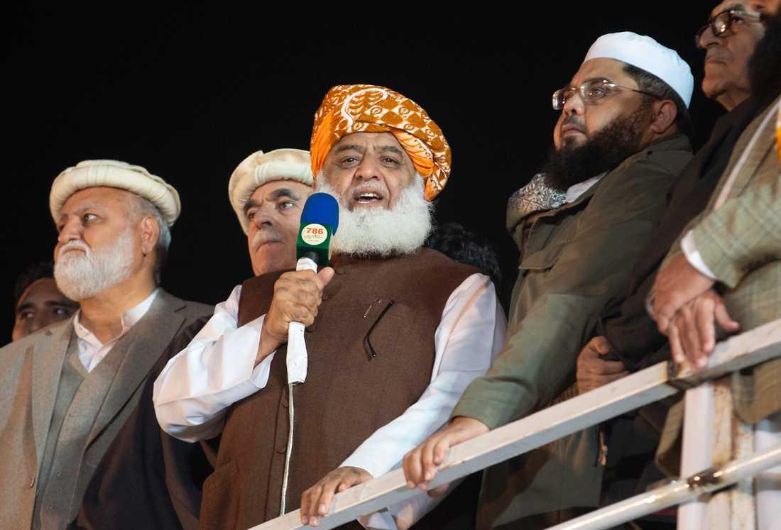 """Islamistpartiet JUI-F:s ledare Maulana Fazlur Rehman meddelar sina anhängare att sittstrejken i Islamabad ska upplösas. Nu väntar """"plan B"""" och vägblockade runt om i landet."""