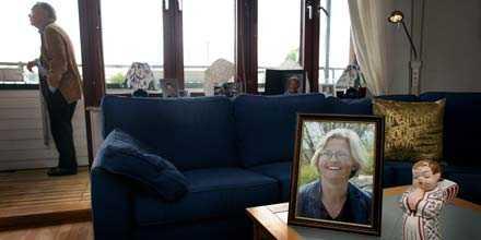 """FEM ÅR AV SORG I dag är det fem år sedan Anna Lindh dog, efter att ha blivit knivhuggen på varuhuset NK i Stockholm. Maken Bo Holmberg, som gick i pension i fjol efter en karriär som landstingsråd, minister och landshövding, bor kvar i familjens lägenhet på Södermalm i Stockholm. """"Ibland känns allting så overkligt, som om det hemska aldrig hade hänt"""", säger han."""
