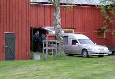 Hittades av dotter Här förs ett av offren ut ur ladugården. Först hittades den mördade kvinnan av dottern till den döde mannen. Han hittades några timmar senare av polisen.