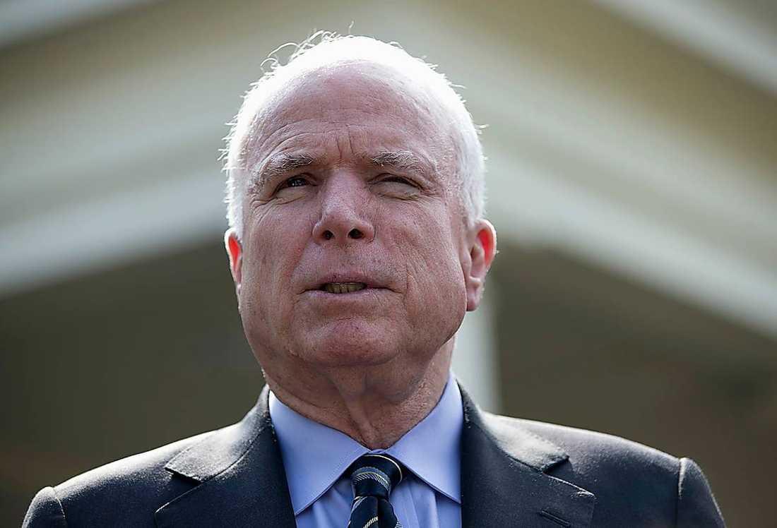 Flera senatorer bland andra John McCain varnar USA:s president Barack Obama ...