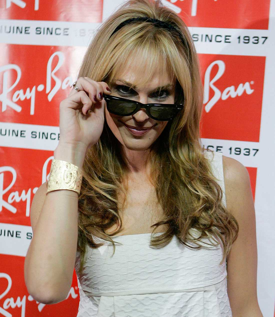 Modellen Molly Sims poserar i ett par Ray-Ban som ägs av Luxottica, den stora aktören på glasögonmarknaden.