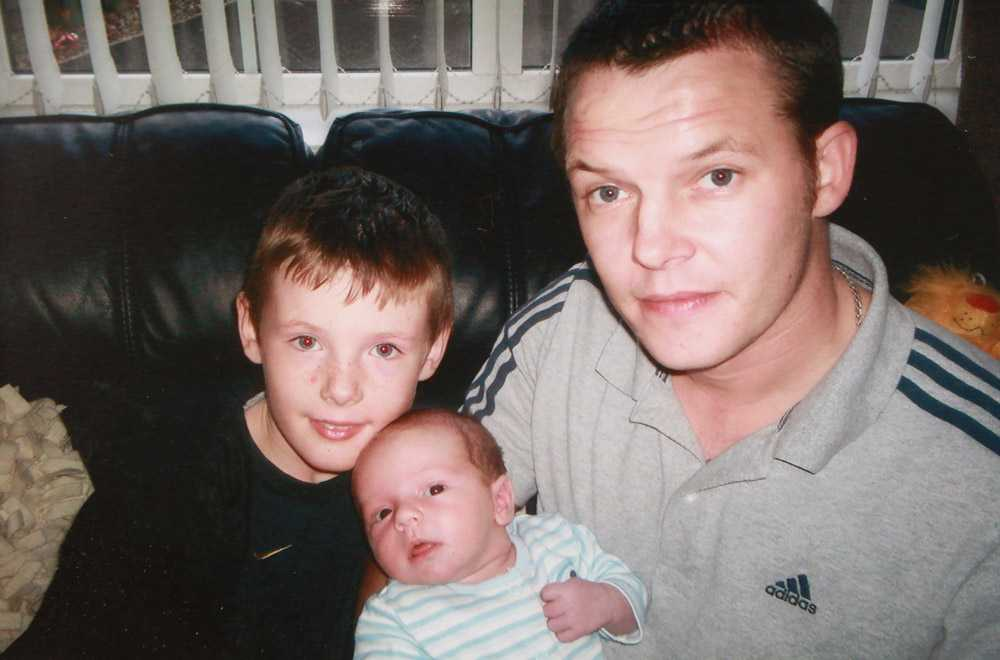 Stephen McFaul med sina söner Dylan och Jake. Irländaren McFaul, kidnappades i Algeriet men lyckades fly oskadd.