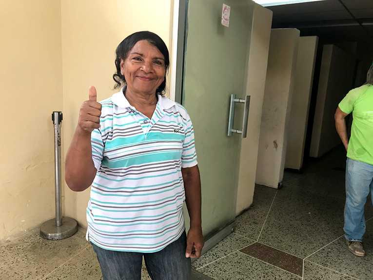 Maria Montezuma arbetar med folklig ekonomi och bor i Petare, Latinamerikas största slumområde. Hon hejar på Maduro och vill inte ha krig.