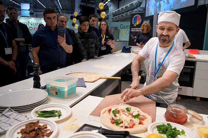 Vinnande pizza med sparris och lammsalsiccia.