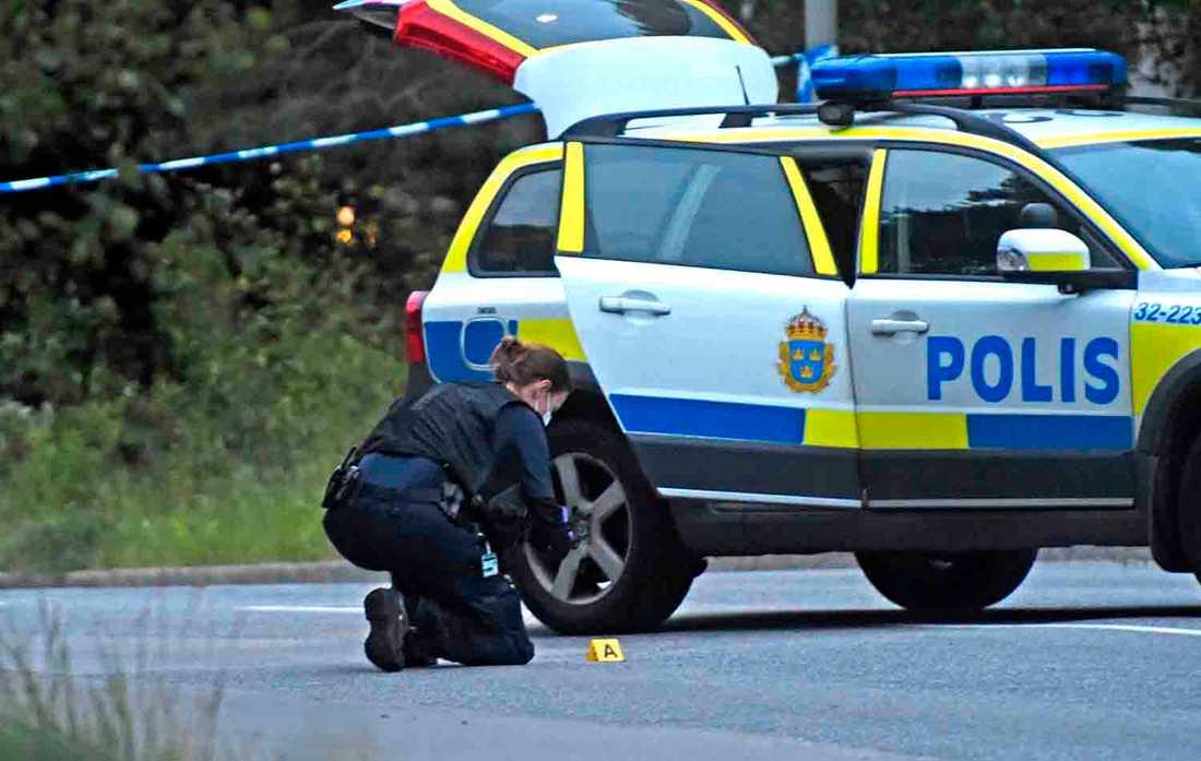 Polisens tekniker på plats i Bagarmossen, den 23 juni.