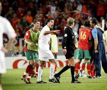 FY VAN NISTELROOY Ruud van Nistelrooy var så upprörd efter matchen att han ville springa efter svenske domaren Anders Frisk. Lagkamraten från Manchester United, portugisen Ronaldo, hindrade honom från att komma fram. Redan under matchen hade Frisk och van Nistelrooy diskussioner.