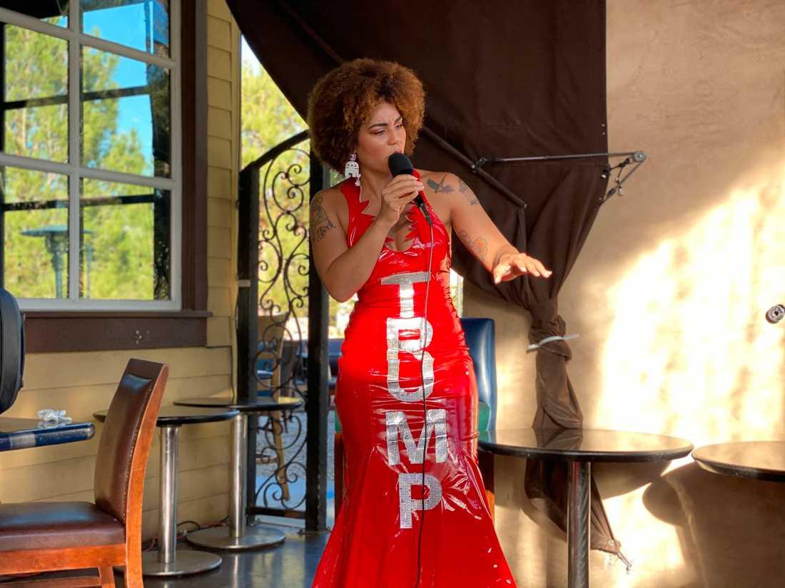 Joy Villa har gjort sig känd för att bära klänningar med tydliga Trumpvänliga budskap.