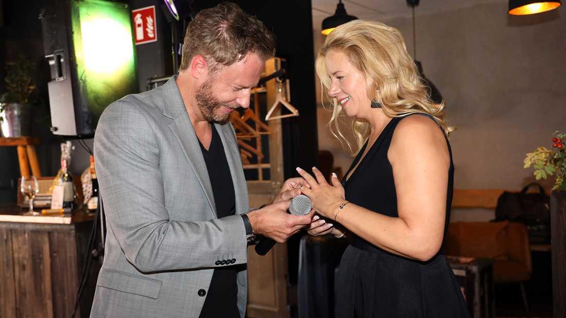 Olof Röhlander trär på ringen på Maria Berghagens finger.