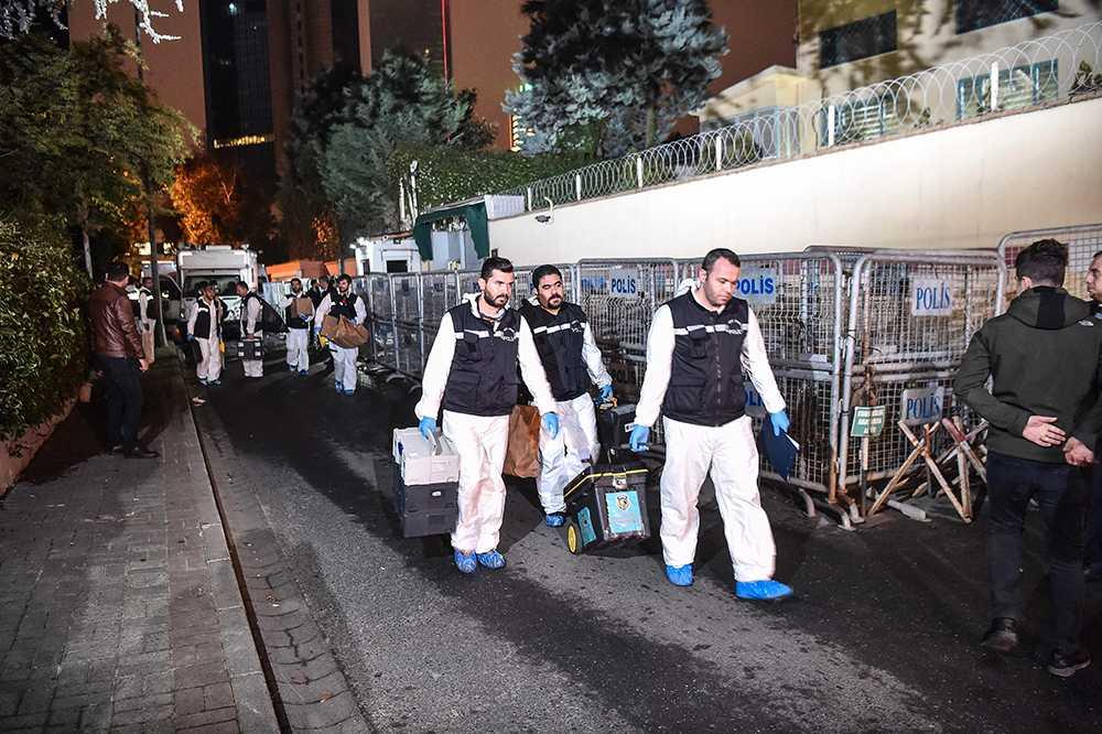 Turkiska kriminaltekniker lämnar Saudiarabiens konsulat i Istanbul.