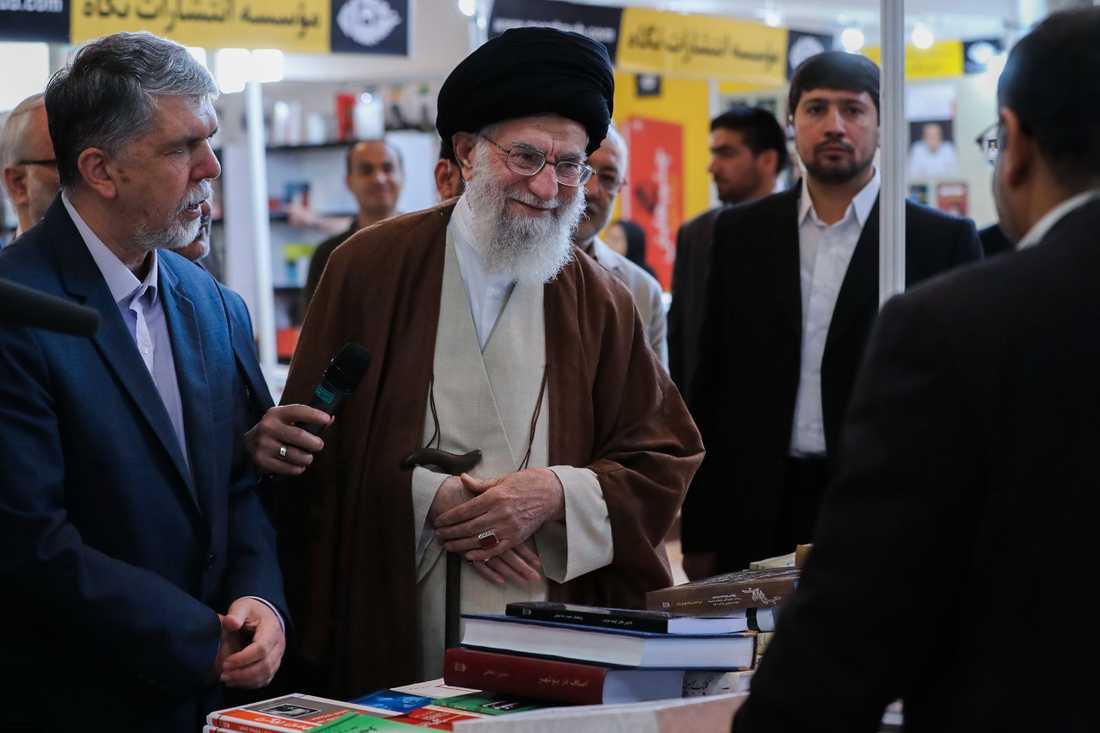 Ayatollah Ali Khamenei på bokmässan.