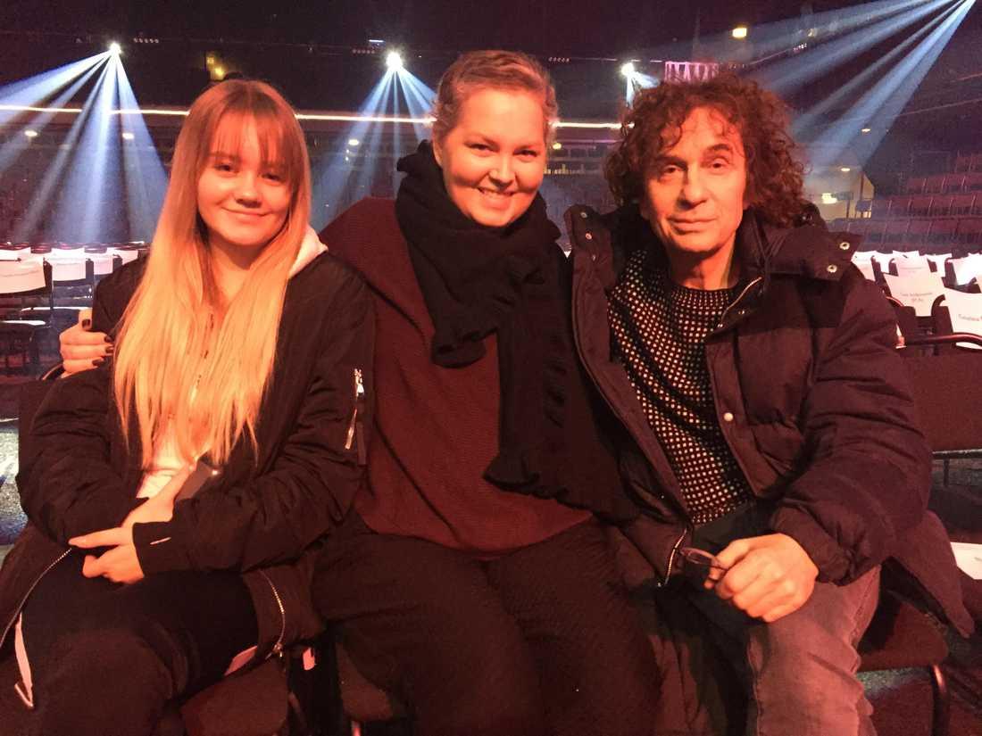 """Carina Nilsson (mitten) med Magnus Uggla och dotter Emy Sjöblom, under gårdagens repetition för kvällens """"Tillsammans mot cancer"""" i TV4."""