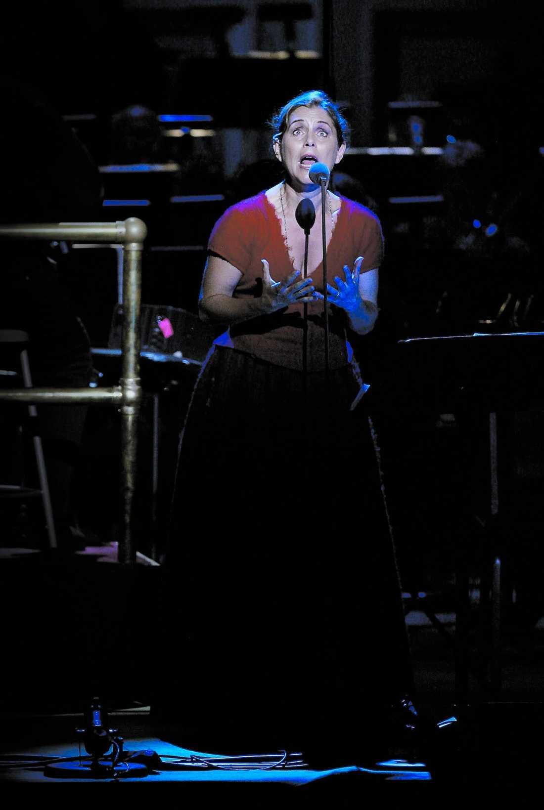 """Den nedkortade versionen av """"Kristina"""" togs emot med stående ovationer av publiken på Carnegie Hall i New York. Helen Sjöholms rutin och inlevelse gör att berättelsen sprakar, skriver Nöjesbladets Jens Peterson. Nästa steg borde vara att hela musikalen sätts upp på Broadway."""