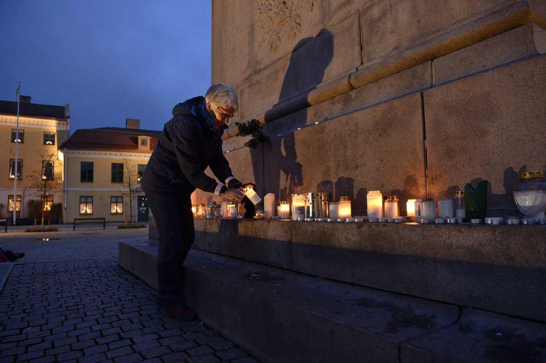 På Kungstorget i Uddevalla är ljus tända för den försvunna Wilma Andersson