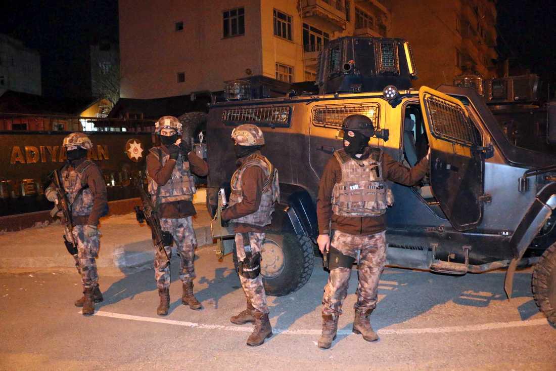 Över 400 misstänkta IS-terrorister har frihetsberövats i en rad  anti-terrorräder i Turkiet