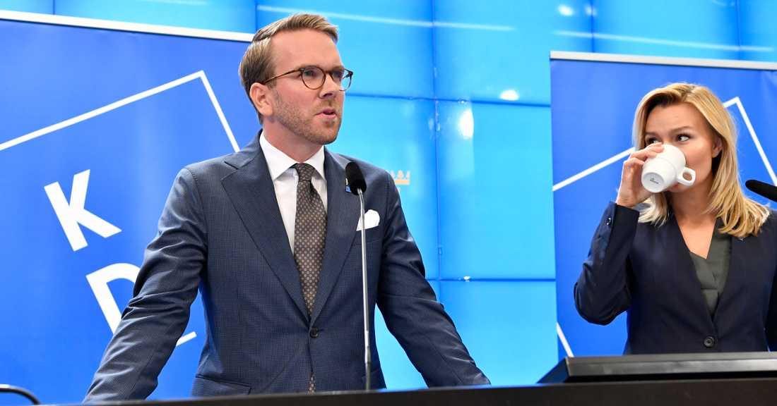 Andreas Carlson, KD, i riksdagen tillsammans med partiledare Ebba Busch.