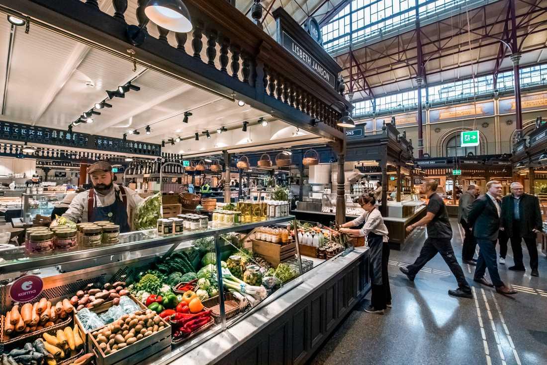I saluhallen finns 17 restauranger och butiker där man bland annat kan köpa kött, frukt och ost över disk.