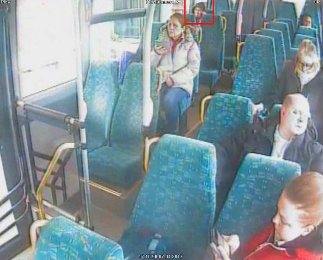Buss  Arlanda-Märsta  Det ser det ut som Akilov pratar i telefonen.