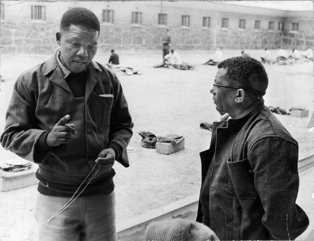 ANC-ledaren Nelson Mandela under tiden som fånge på fängelseön Robben Island utanför Kapstaden. Här är han tillsammans med ANC-ledamoten Walter Sisulu.