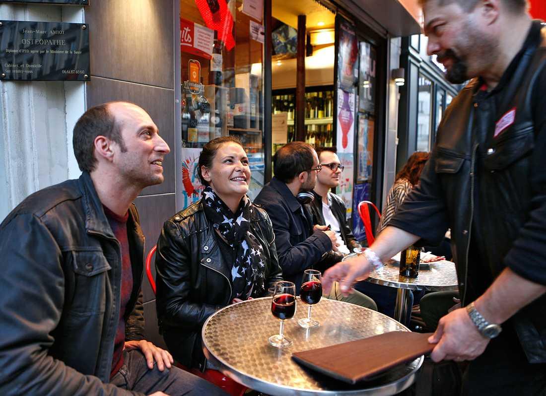 Marco Portello och Emanuelle Maugian njuter av det fina vädret trots terrorhotet.