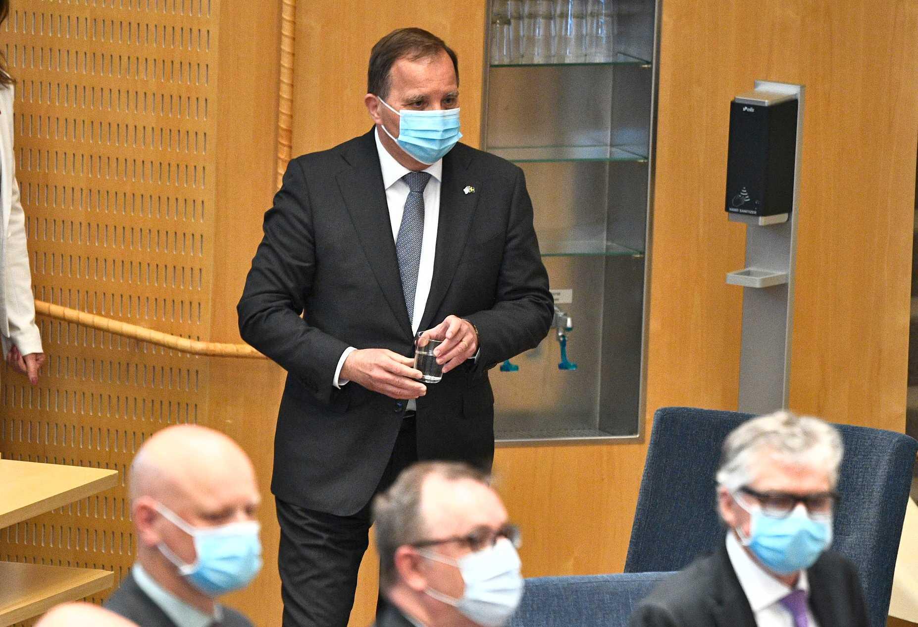 Statsminister Stefan Löfven (S) tar ett glas vatten i riksdagen inför misstroendeomröstningen.