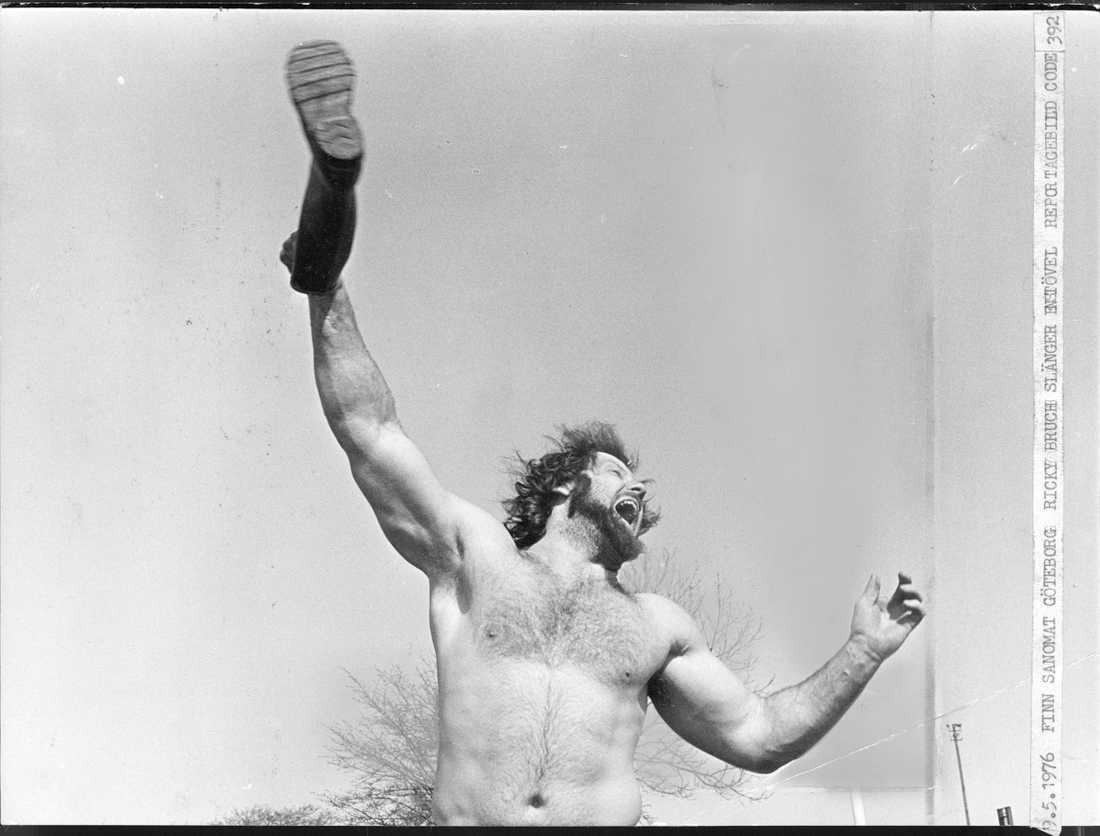 Med ett 45-meterskast slog han världsrekordet i stövelkastning 1976.