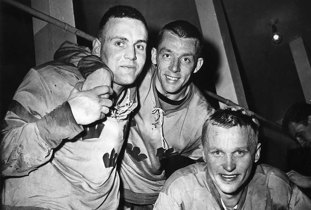 """Ulf Sterner, Nils Nilsson och Lennart """"Klimpen"""" Häggroth efter VM-guldet 1962. De två sistnämnda har båda gått ur tiden det senaste året."""
