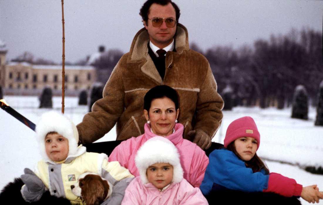 Julidyll på Drottningholm Ett år senare, än en gång julfirande på Drottningsholms slott. Här är hela familjen ute på slädfärd. Prinsessan Madeleine i vit mössa och rosa overall. Julen 1985.