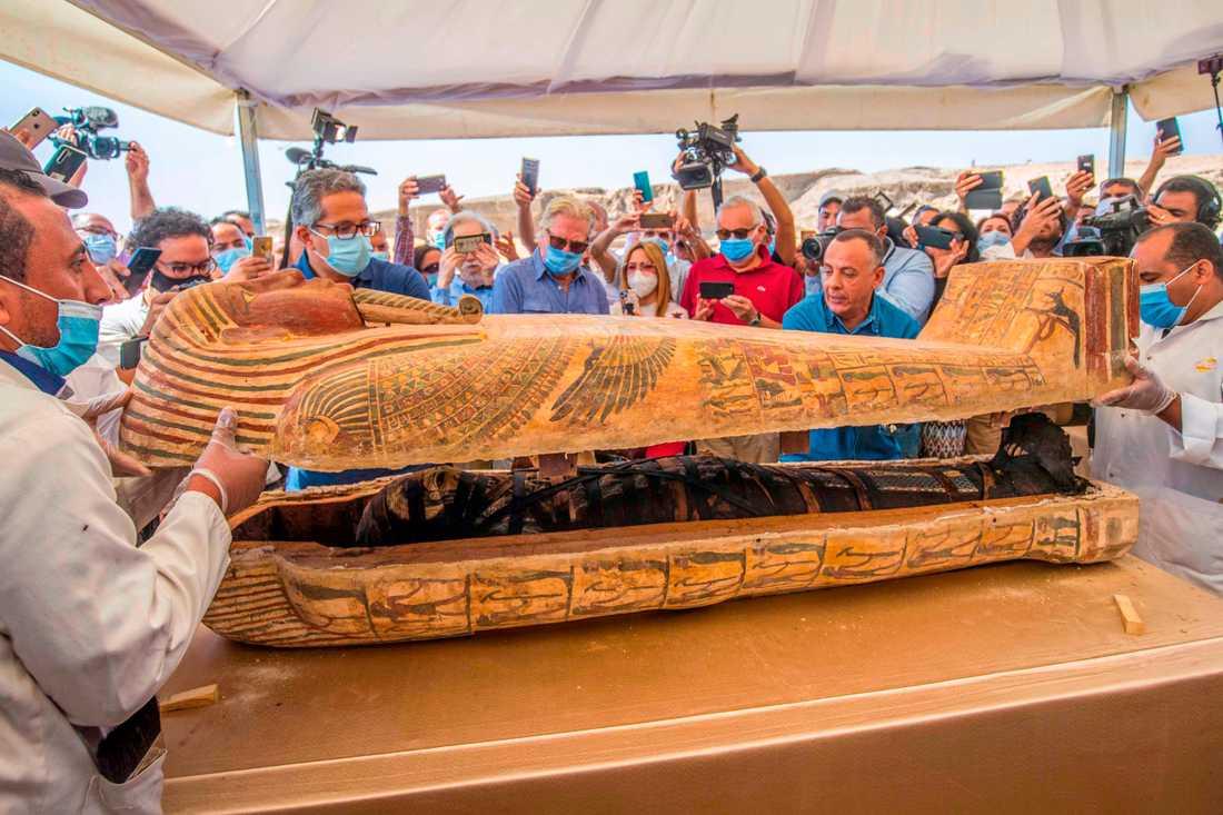 Egyptens turistminister Khaled al-Anani (till vänster) gläntar på locket till en sarkofag.