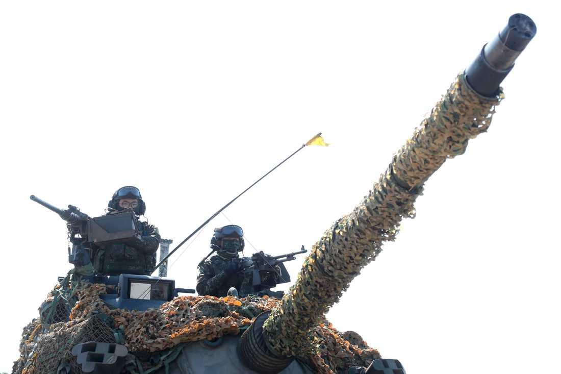 Två soldater i en stridsvagn under en militärövning i norra Taiwan i tisdags.