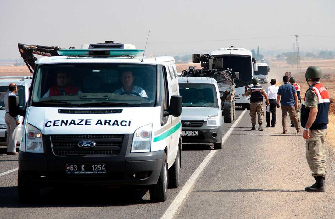 En konvoj för flyktingarna som omkom i katastrofen till Syrien.